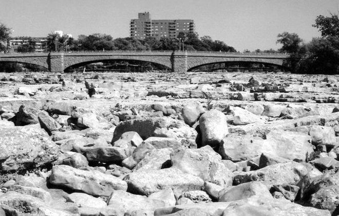 The dry, rocky surface of the American falls when diversion last happened in 1969. (Niagara Falls Public Library)