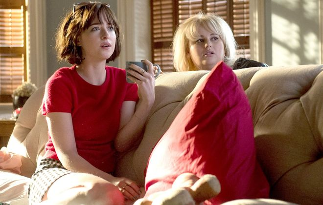 """Dakota Johnson (left) as Alice and Rebel Wilson as Robin in """"How to Be Single."""" (Barry Wetcher, Warner Bros. Pictures)"""