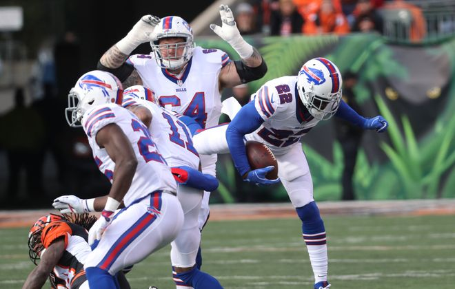 Buffalo Bills running back Reggie Bush (22) rushes for a first down in the first quarter. (James P. McCoy/Buffalo News)
