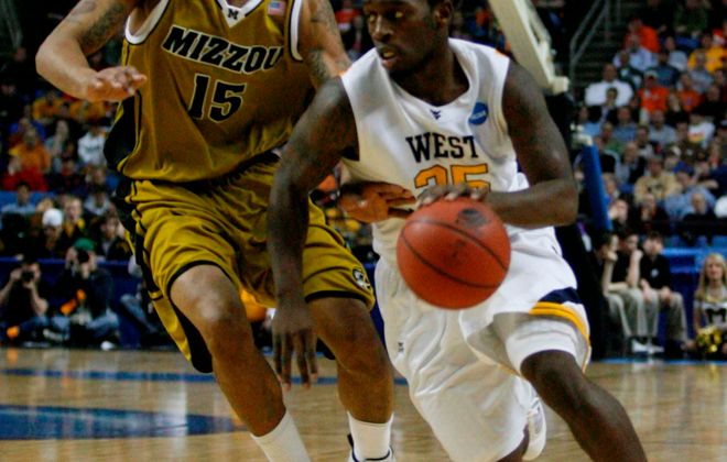 West Virginia guard Darryl Bryant drives for the basket as Missouri forward Keith Ramsey covers. (James P. McCoy/Buffalo News)