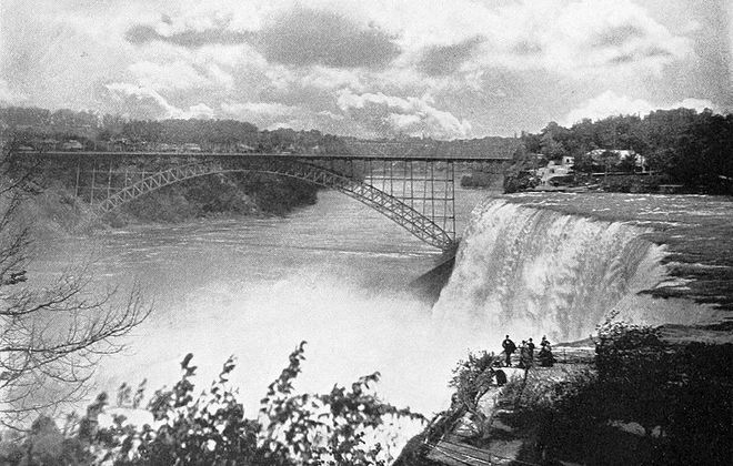 """The American falls and the steel arch bridge as seen from Goat Island in 1900. (""""One Hundred Glimpses of Niagara Falls""""/Archive.org)"""