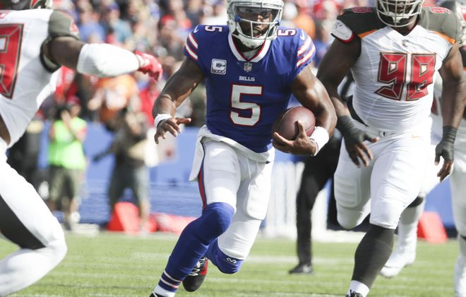 Buffalo Bills quarterback Tyrod Taylor (5) rushes for a first down against Tampa Bay Buccaneers defensive tackle Clinton McDonald. (James P. McCoy/Buffalo News)