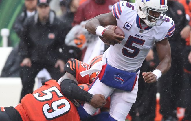 Buffalo Bills quarterback Tyrod Taylor (5) rushes for a first down over Cincinnati Bengals outside linebacker Nick Vigil (59) in the third quarter. (James P. McCoy / Buffalo News)