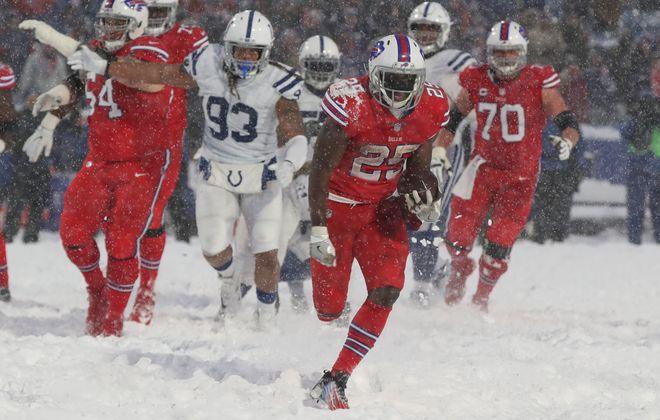 Buffalo Bills running back LeSean McCoy rushes 21 yards for the game-winning touchdown. (James P. McCoy/Buffalo News)
