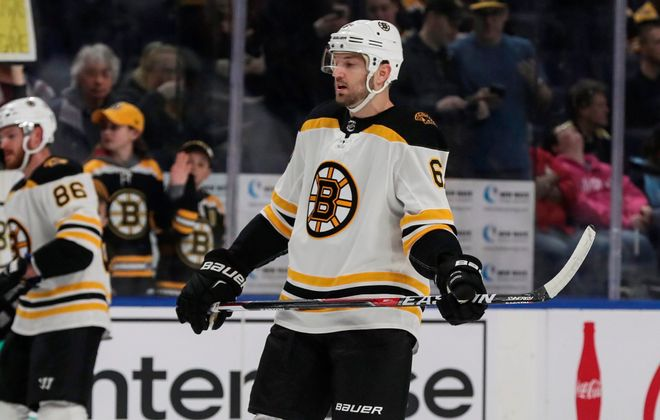 Rick Nash wasted no time pulling on a Bruins jersey Sunday, playing on the same day he was acquired. (James P. McCoy/Buffalo News)