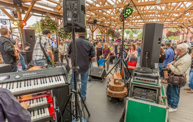 Live at Larkin concert series returns for another season on June 6. Pictured is the scene at Dive House Union's performance, the final gig of 2017. (Don Nieman/Special to The News)