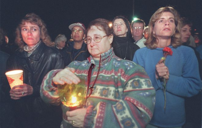 LOCAL LEWIS VIGIL 10/24/98 --- People mourning the murder of Dr. Barnett Slepian participate in a candlelight vigil outside of his office at 4227 Maple Rd. in Amherst.  PHOTO BY CHARLES LEWIS.