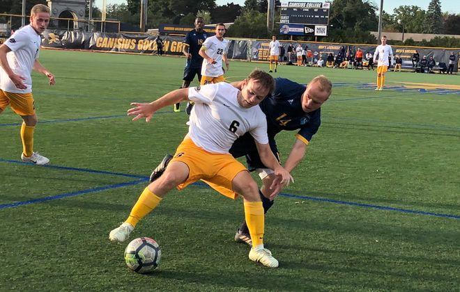 Will Pauls shields a Quinnipiac defender in MAAC play in 2018. (Ben Tsujimoto/Buffalo News)
