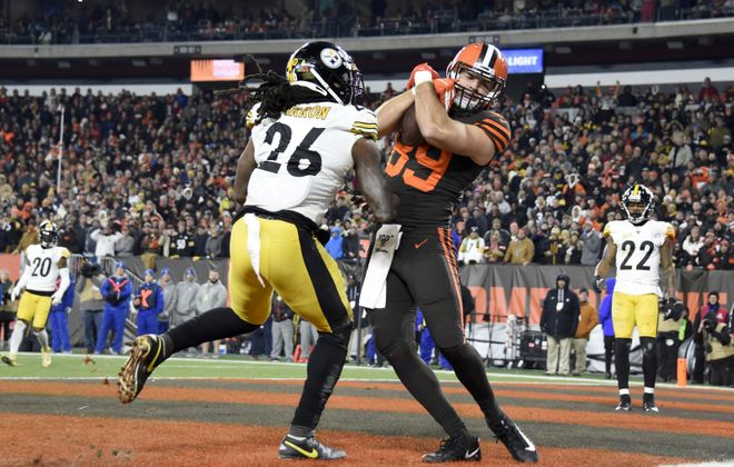Tight end Stephen Carlson of the Cleveland Browns catches a touchdown pass against inside linebacker Mark Barron of the Pittsburgh Steelers (Jason Miller/Getty Images)