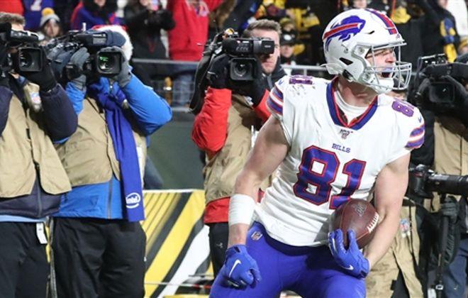 Tyler Kroft scores the winning TD. (James P. McCoy/Buffalo News)