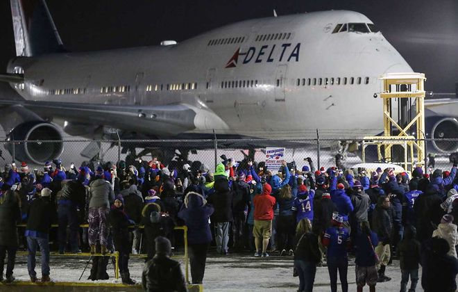 The last time the Bills clinched a spot in the playoffs — Dec. 31, 2017 — fans excited for the postseason greeted the team as they arrived home. (Derek Gee/News file photo)