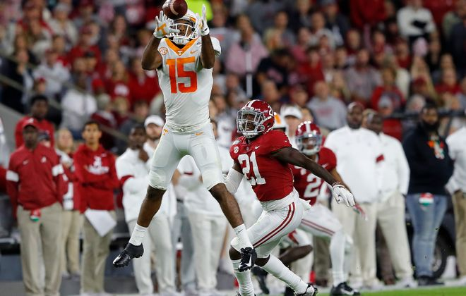 Jauan Jennings of the Tennessee Volunteers pulls a reception against Jared Mayden of Alabama. (Kevin C. Cox/Getty Images)
