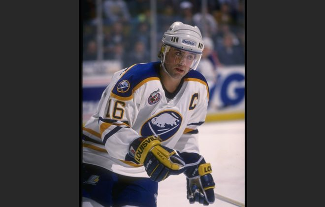 Center Pat LaFontaine of the Buffalo Sabres in record 1992-93 season. (Rick Stewart  /Allsport)