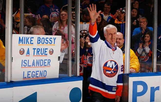 Mike Bossy salutes New York Islanders fans during a 2015 tribute to Nassau Coliseum. (Getty Images)