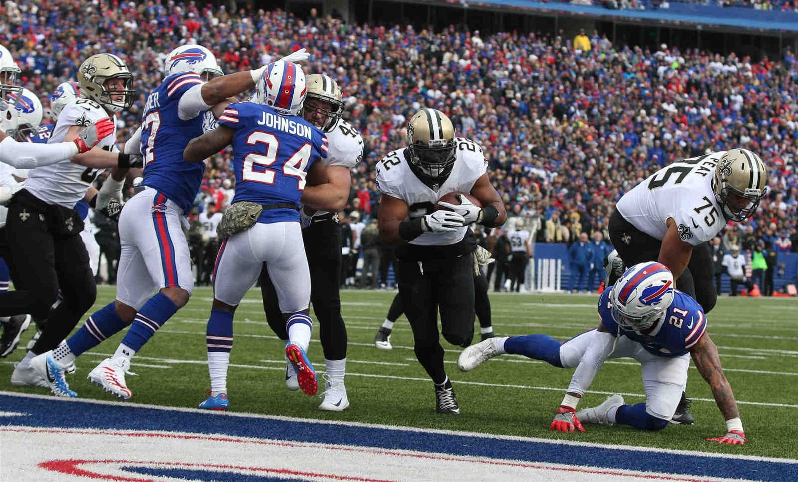 New Orleans Saints running back Mark Ingram (22) scores a touchdown in the second quarter.